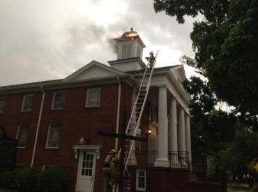 El incendio fue provocado por la caida de un rayo sobre el campanario.